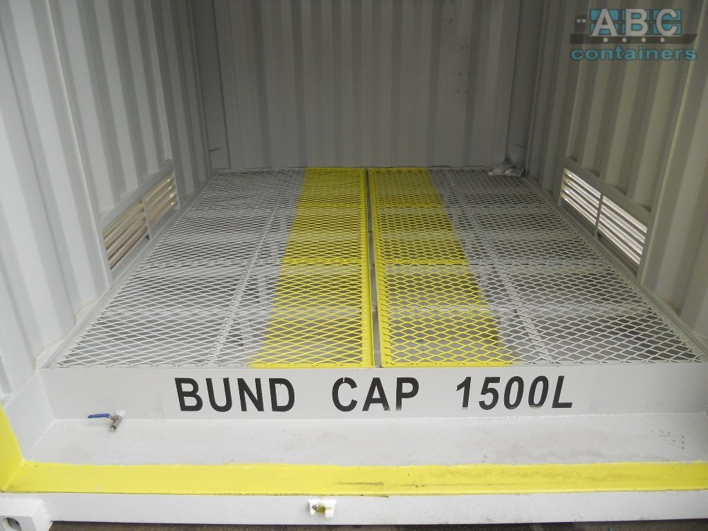 Shipping container with bunded flooring